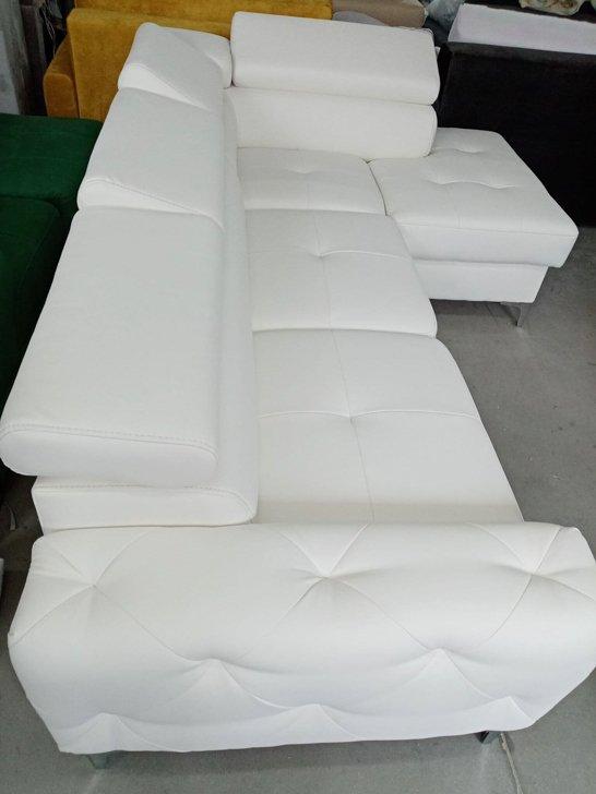 Narożnik rozkładany biała eko skóra meble na wysokich nóżkach do salonu tapicerowana kanapa